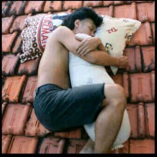 pose orang tidur di genteng