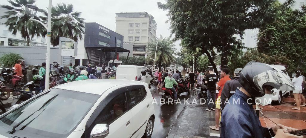 antusiasme warga melihat banjir di Kemang